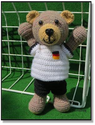 Teddybär mit Fußballtrikot häkeln