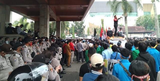 Di Sumsel, Mahasiswa Terus Membisingkan Tolak Omnibus Law Dan Berusaha Masuk Gedung Wakil Rakyat