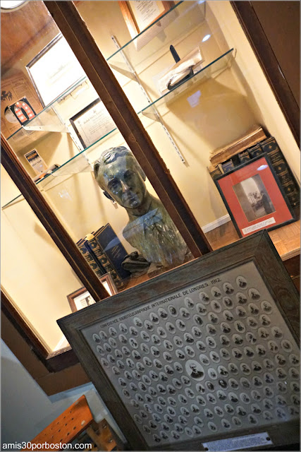 Diplomas y Busto de Hammond en la Habitación de los Inventos del Castillo, Gloucester