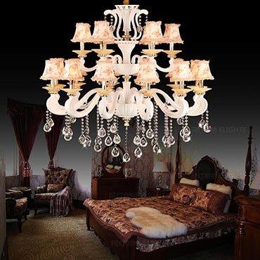 Không gian phòng khách thêm ấn tượng với những mẫu đèn chùm cổ điển