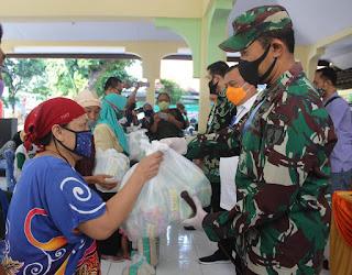 Dandim 0820 Pemkot Probolinggo Pantau Pembagian Paket Sembako