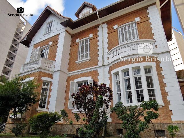 Vista ampla da fachada do belo casarão Neoclássico da Rua Treze de Maio - Bela Vista - São Paulo