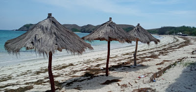 Berjemur di pantai Tanjung Aan