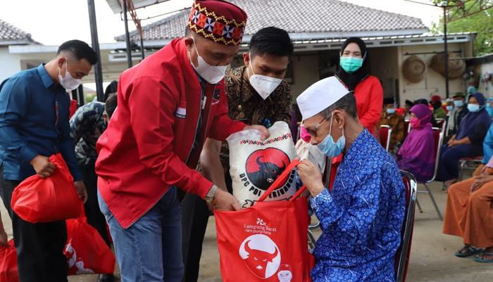 Peduli Antar Sesama, Ketua DPC PDI P Lambar Beri Ratusan Bingkisan Bagi  Lansia-Yatim Piatu