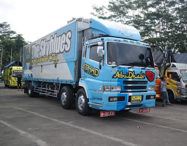 modifikasi truk mitsubishi fuso warna biru