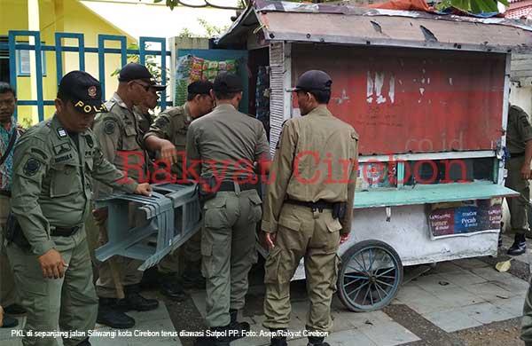 satpol pp kota cirebon rutin patroli di jalan yang terlarang untuk pkl