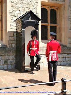 Beefeaters haciendo guardia en el patio de armas de la Torre de Londres.