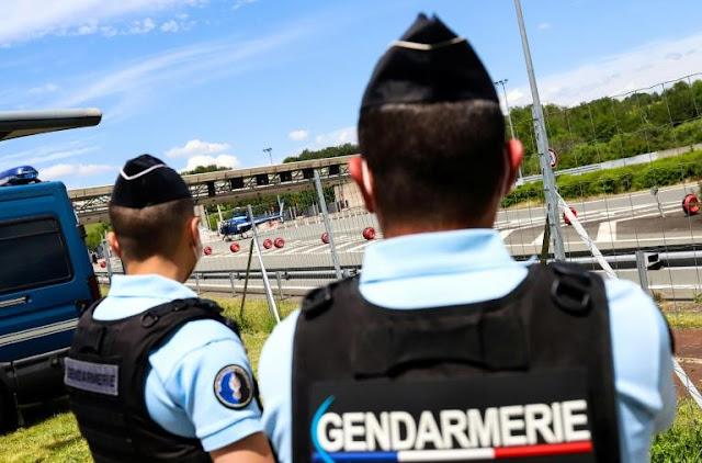 Buru 1 Mantan Tentara, Prancis Kerahkan Ratusan Polisi dan 4 Helikopter