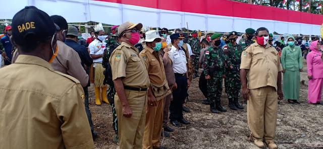 HUT RI ke-75, TNI-Polri dan Warga Papua Bentangkan Bendera Merah Putih Sepanjang 75 Meter