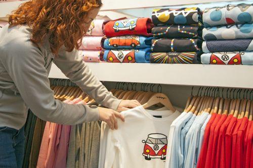 1bc76667e7b4c4 In de uitverkoop / opruiming kunnen ze de mooiste kleding, schoenen en  andere producten kopen met vele tientallen ...