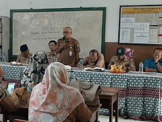 ajun karyuli memberikan sambutan perpisahan kepala sekolah