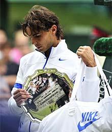 Rafa Nadal con semblante triste por su segundo puesto justo después de perder la final en Wimbledon