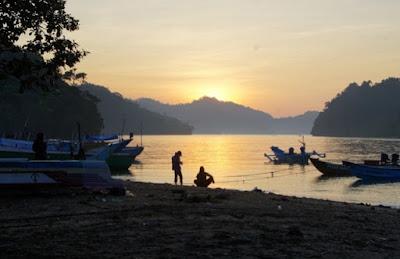 Pantai Sedang Biru Malang