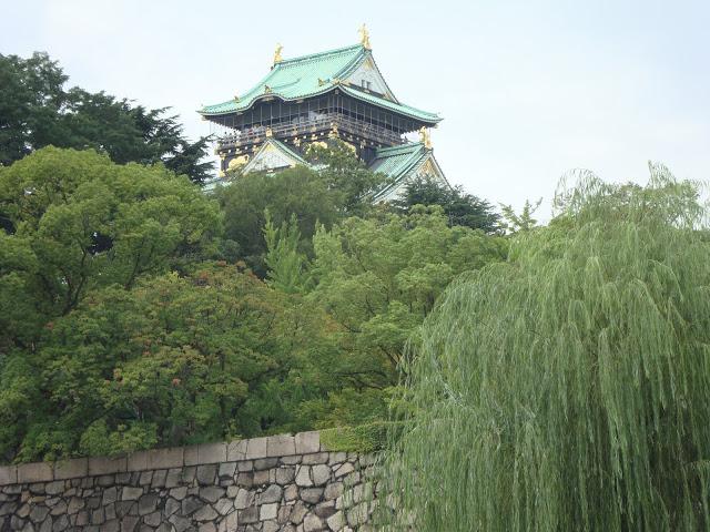 il castello di Osaka tra i salici
