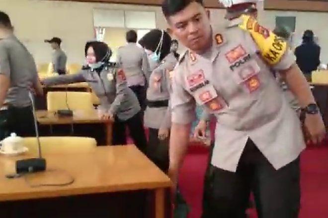 Mantap! Kapolres Bone Pimpin Anggotanya Bersihkan Sampah Demonstran di DPRD