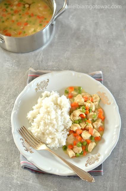 Potrawka z kurczakiem, marchewką i groszkiem