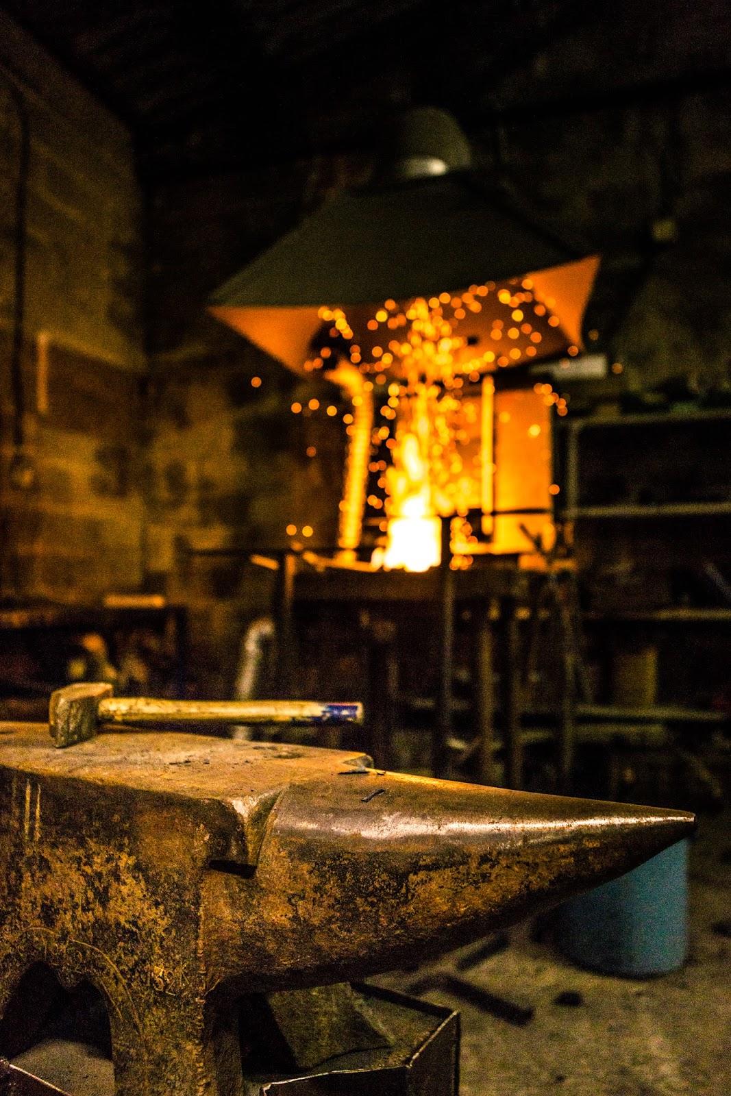Forge, enclume et marteau, les outils indispensables du ferronnier d' art.