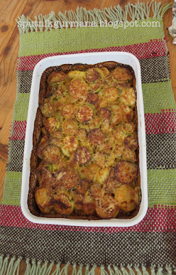 Подача на стол запеканки из кабачков и картофеля