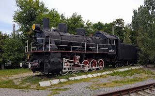 Мелитополь. Железнодорожная станция. Паровоз-памятник Эм 721-23