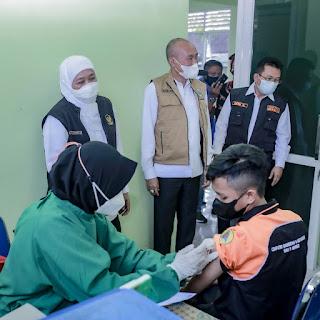 Kunjungi Jember,  Gubernur Khofifah Pantau Pelaksanaan Vaksinasi Pelajar