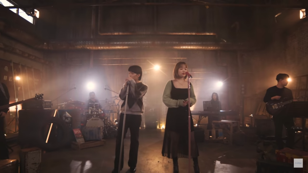 """Accompanied by The Band, AKMU Delivers a Dazzling Performance of """"HAPPENING"""" Live"""