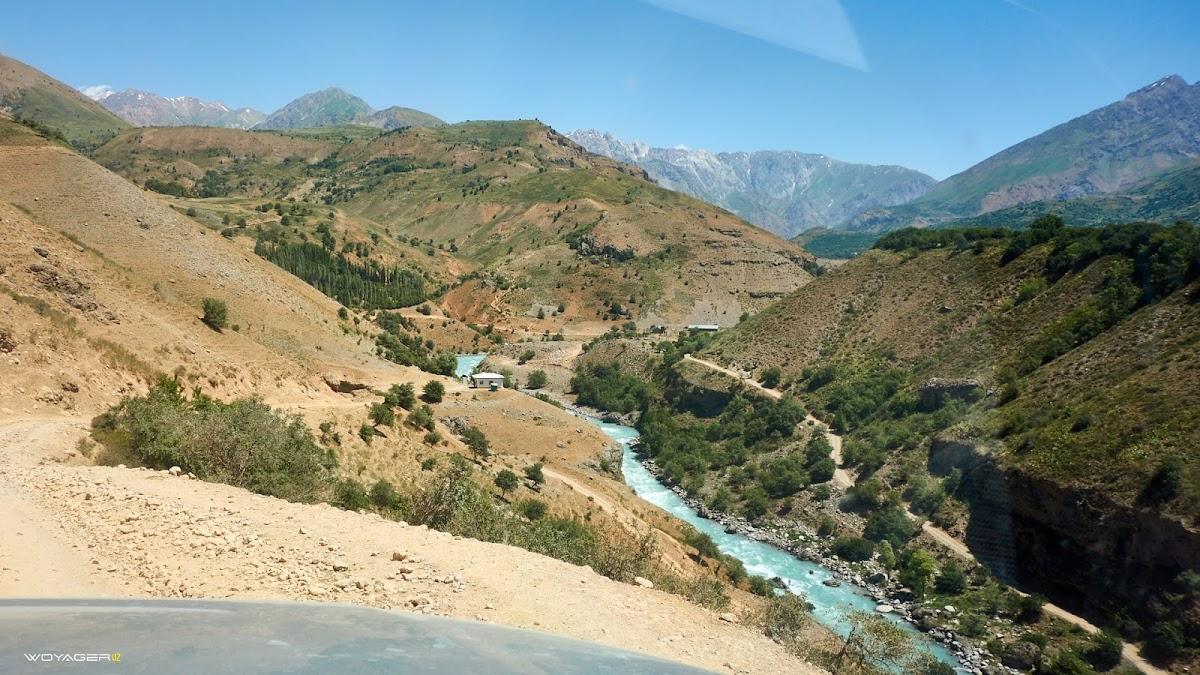 спуск к мосту от посёлка Пскем