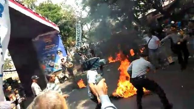 Polisi Dibakar Saat Demo di Cianjur