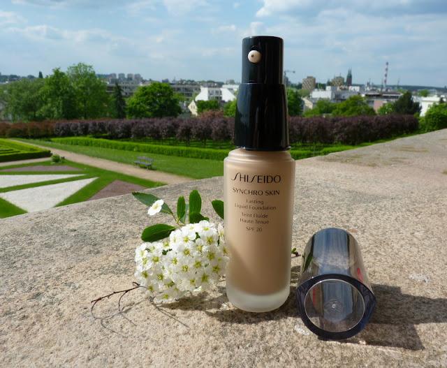 Shiseido Synchro Skin Lasting Liquid Foundation SPF 20 - inteligentny i długotrwały podkład do makijażu