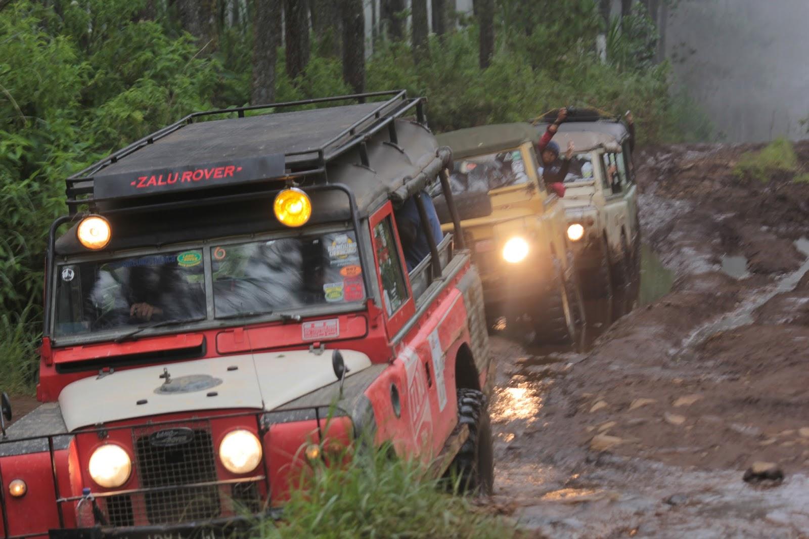 Ketangguhan mobil tua Land Rover 4 x 4 WD saat off-road