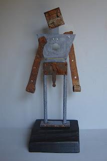 esculturas abstractas y ensamblajes artísticos hechos con materiales encontrados