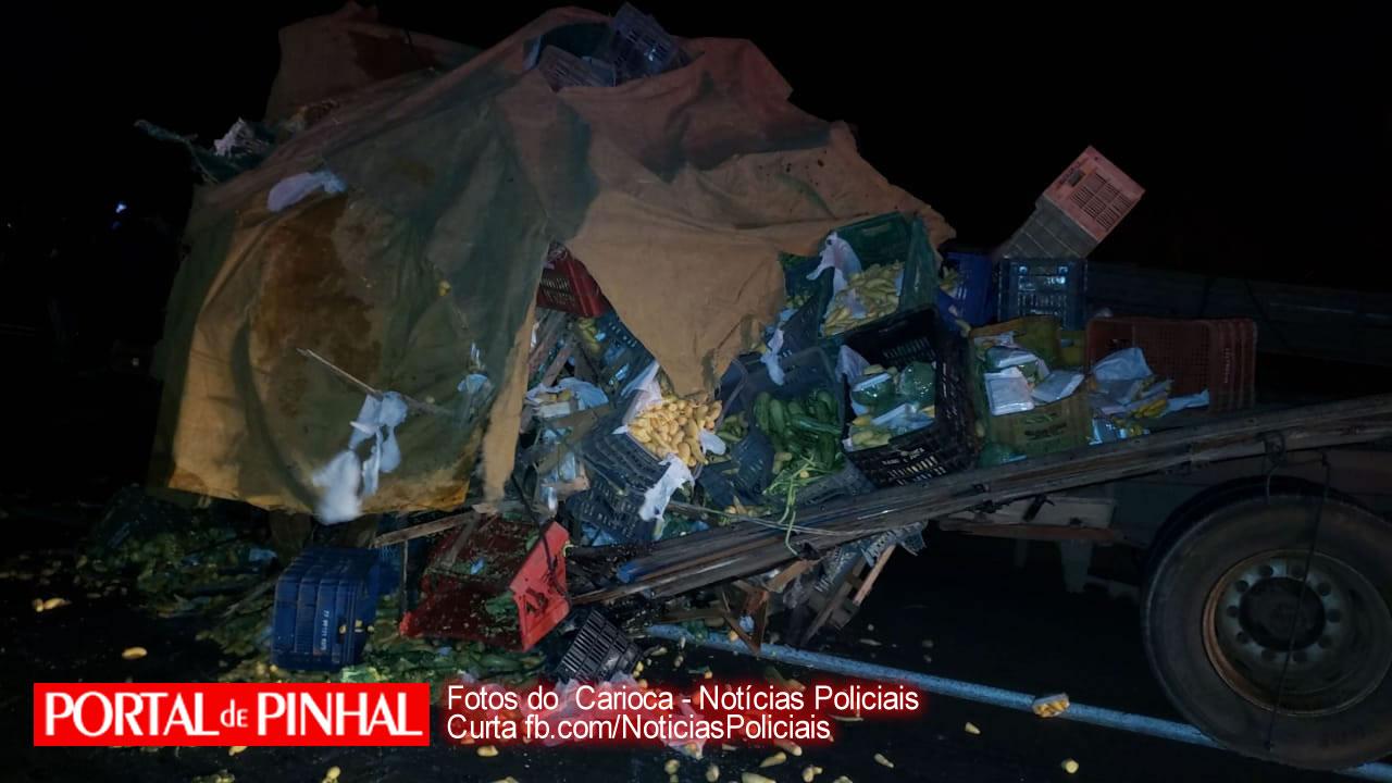 Quatro pessoas morrem após caminhões colidirem de frente na SP-344