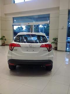 Mobil Honda HR-V Berwarna Putih Di Dealer Mobil Honda Karawang