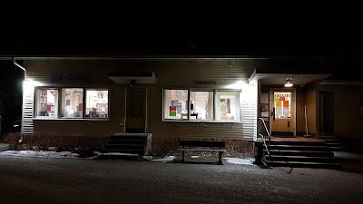 Muurlan kirjasto alkukevään iltahämärissä