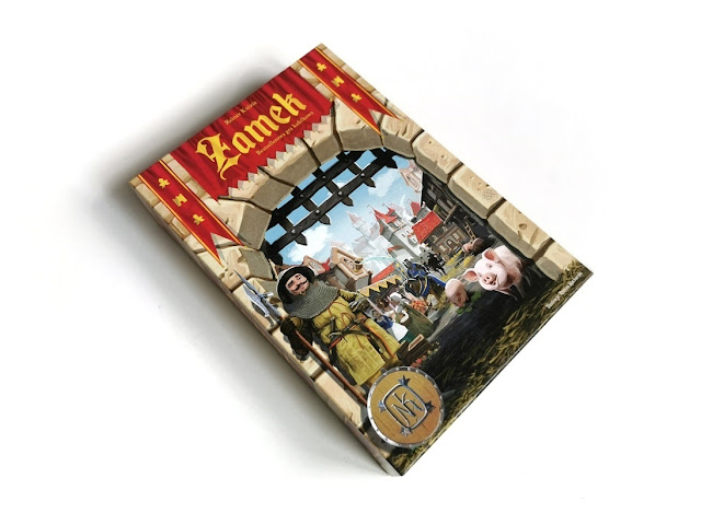 na zdjęciu pudełko gry zamek