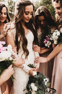 العروسة مع صديقاتها الوصيفات