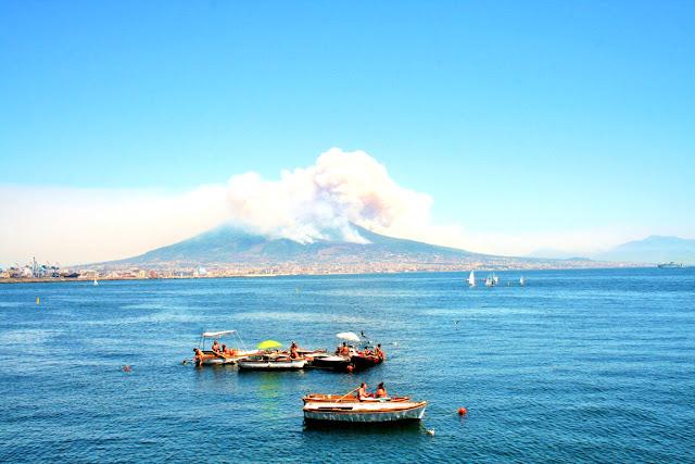mare, estate, barche, gente, persone, Vesuvio, fumo, montagne, cielo, vacanze, ombrelloni