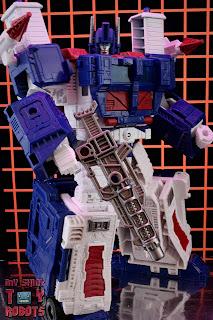 Transformers Kingdom Ultra Magnus 02