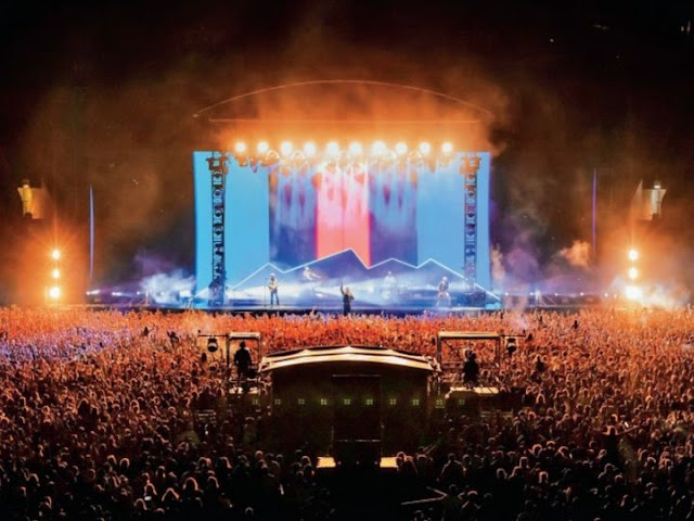 32 thousand people gathered at Sky Stadium to attend a music concert