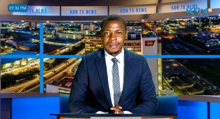 Presentador interrumpe un noticiero en vivo en Zambia para exigirle a la televisora que ya le paguen