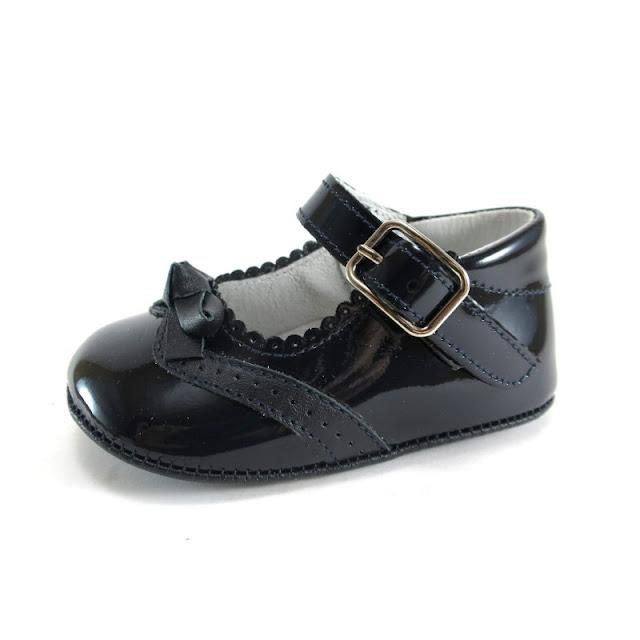 https://www.zapanines.es/zapatos-bebes/3518-mercedita-bebe-charol-y-ante-marino-lazo.html