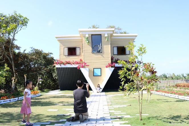Ngôi nhà đổ ngược và đưa móng lên trời