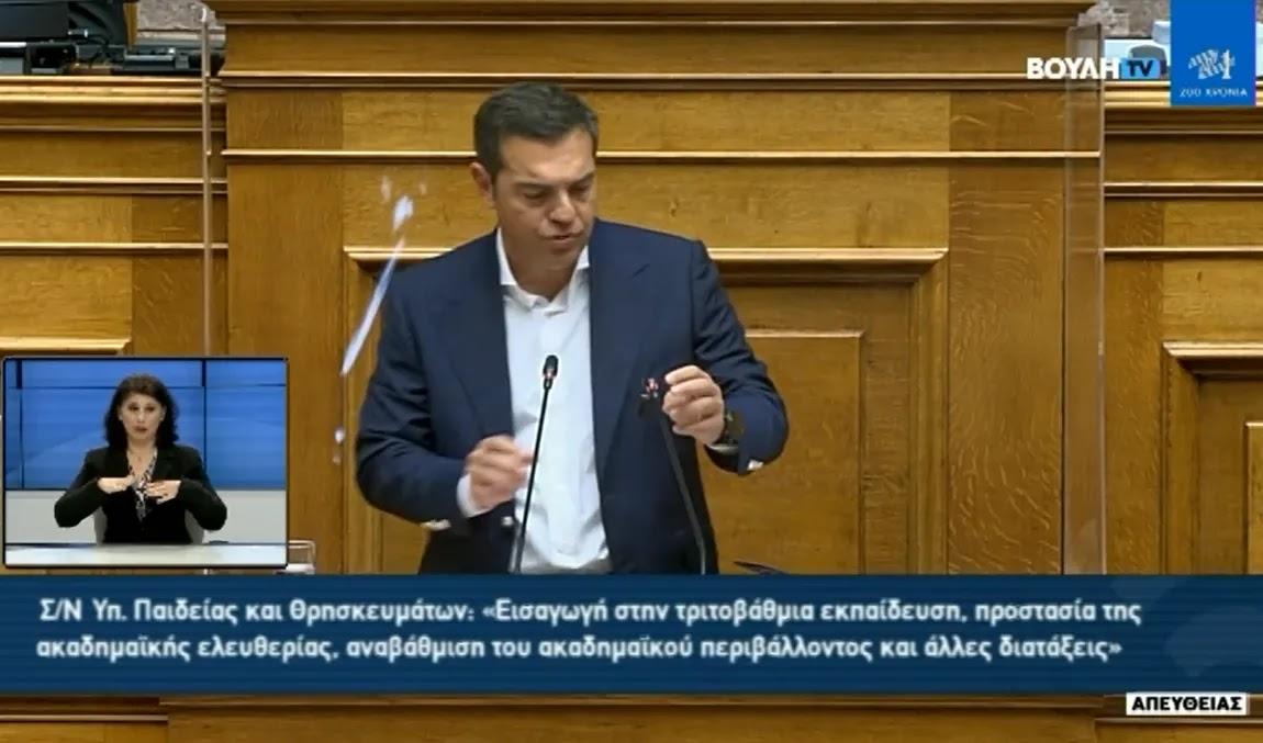 Έσπασε το μικρόφωνο του mister Alex  ενώ μιλούσε στη Βουλή  (βίντεο)