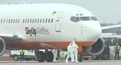Самолет с эвакуированными из Китая возвращается в Украину.