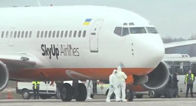 Літак з евакуйованими з Китаю повертається до України