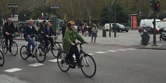 Manuela Carmena y el embajador holandés pedalean en la fiesta europea de la bici