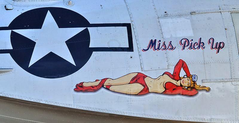 foto de avión con chica estilo pin up