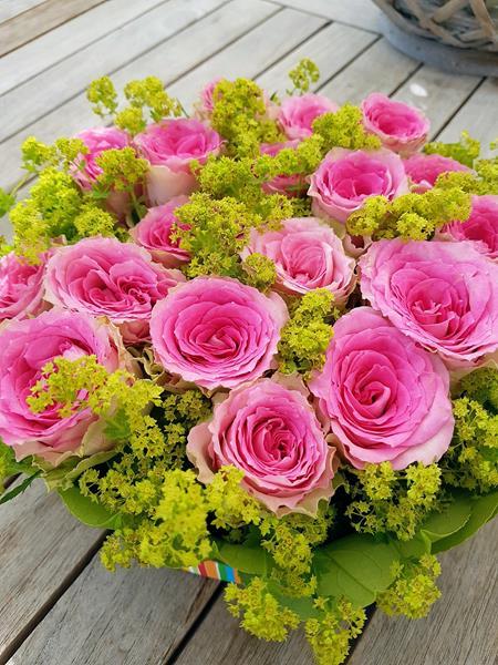 Blumentorte aus rosa Rosen