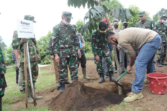 Kasdam III/Siliwangi Kunjungi Sektor Pembibitan Dilanjutkan Tanam Pohon Kamper