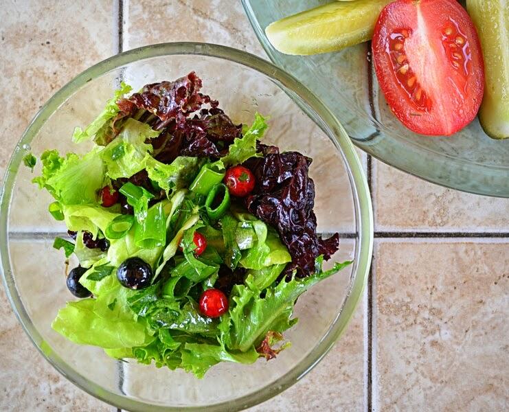 śniadanie, sniadanie w ogrodzie, salata, salatka, grill, weekend, majowka, pomidory, porzeczki, lubie to, szaszlyki, blog, zycie od kuchni, altana