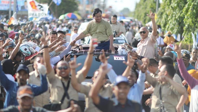 Saat Prabowo Buka Baju demi Eks Bupati Merauke